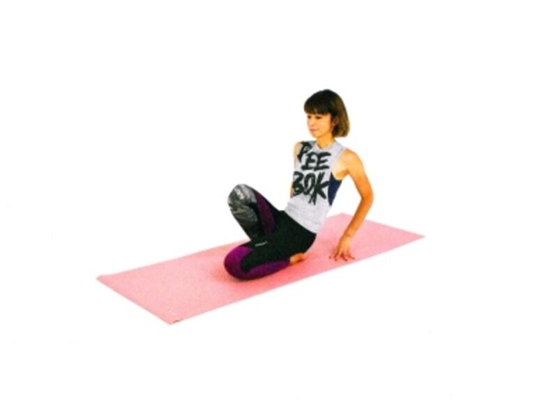 足首、足の甲のパヴァナムクタ・アーサナ2undefined右膝を持ち上げ、足の甲や足くび、脛を伸ばします