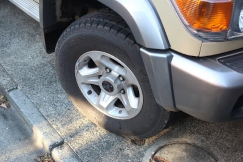 タイヤを左右どちらかに傾けるだけ