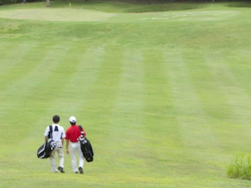 ゴルフをする男性