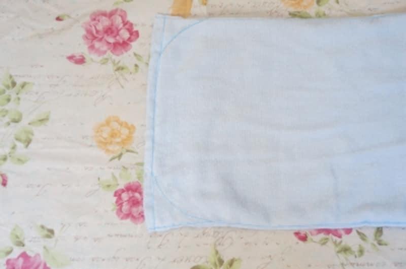タオルを2枚重ね合わせ3辺を縫い合わせます。角を丸く縫います。