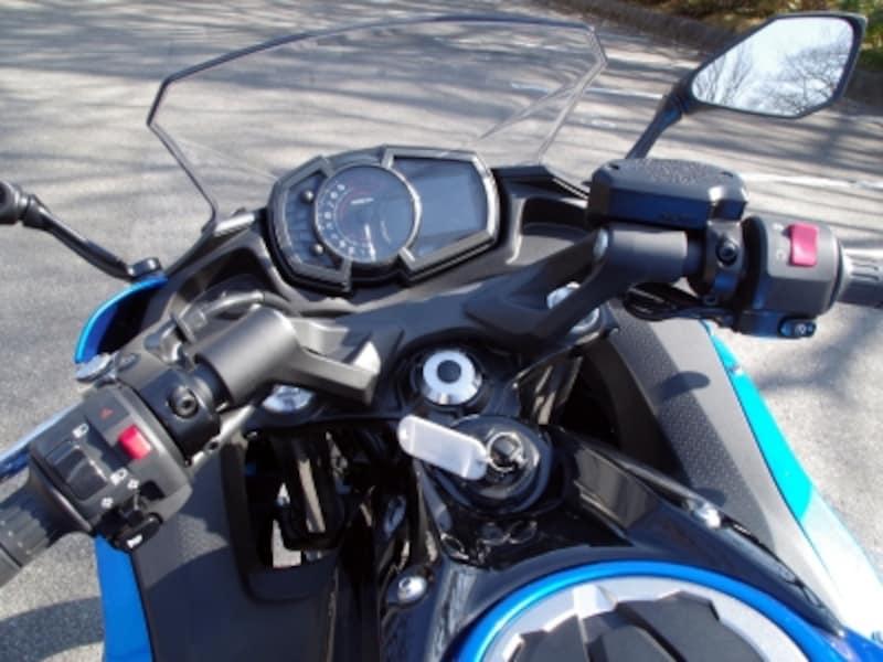 ニンジャ650のハンドルは形状こそセパレートだがポジションはアップライト