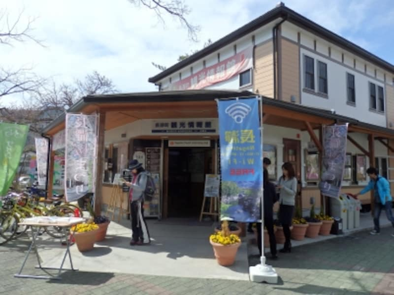 長瀞駅舎の正面の観光情報館