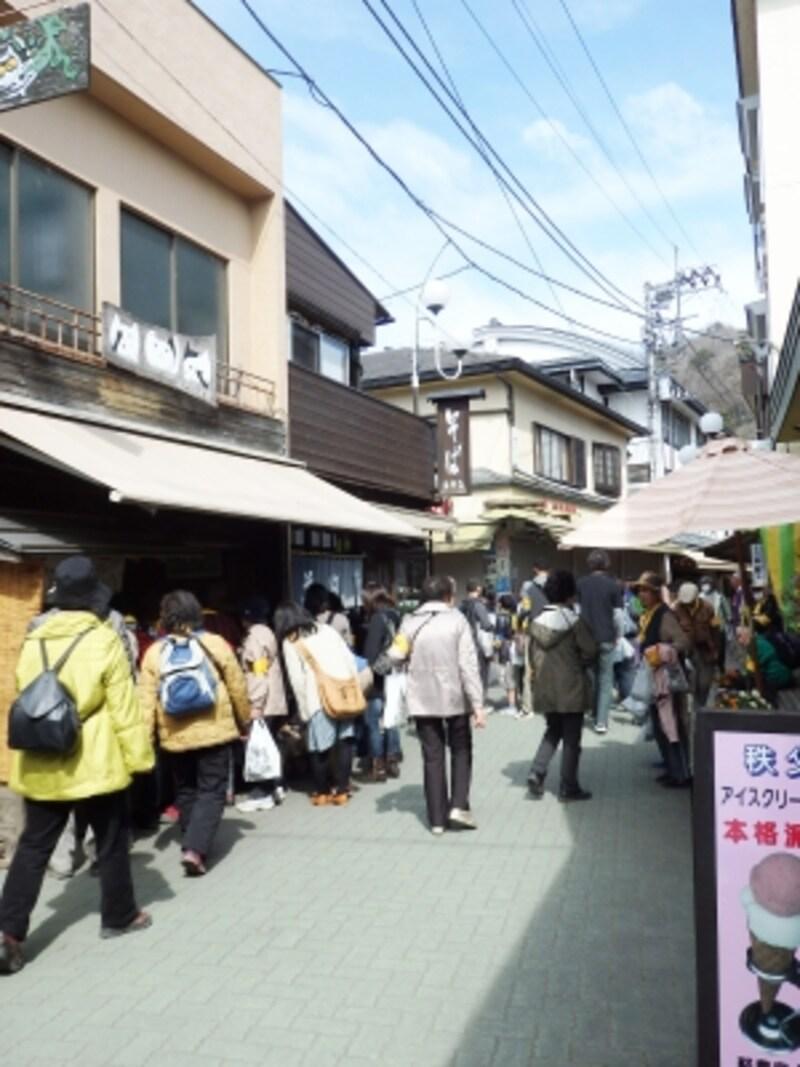 一年中人通りで賑う岩畳通り商店街