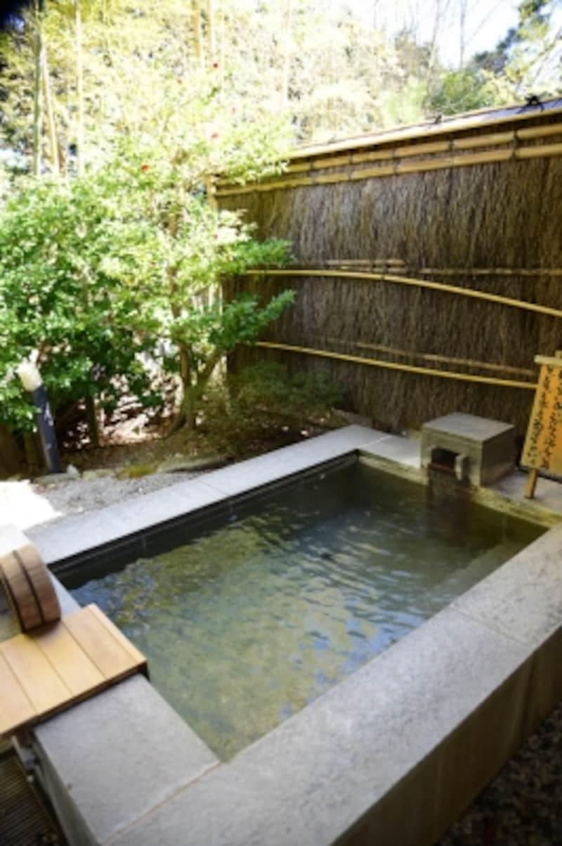 貸し切り露天風呂の浴室で、強羅の自然を満喫