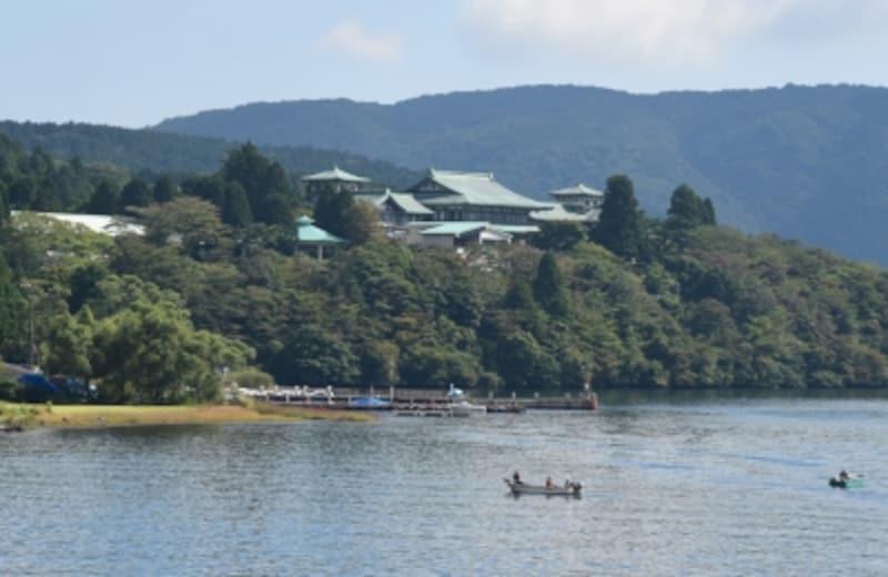 芦ノ湖遊覧船から見た「絶景日帰り温泉龍宮殿本館」