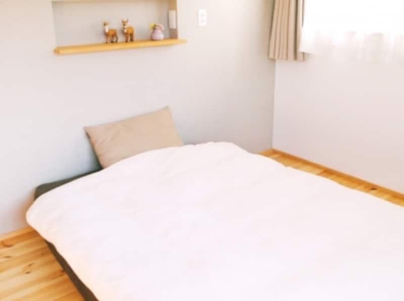 シンプルすぎて味気ないベッドルーム(寝室)。プチ模様替えしてみると…….?