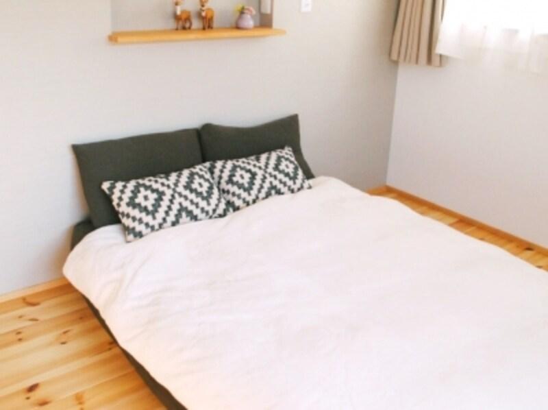 ベッドルーム・寝室の模様替えアイデアその2。クッションをプラスすると華やかな印象に