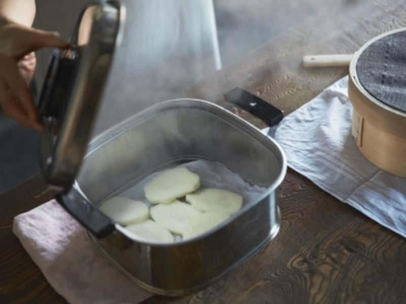 金属製の蒸し器は、熱伝導が良いため短時間で蒸しあがります。蒸すものに匂いがつかず、お手入れも簡単です