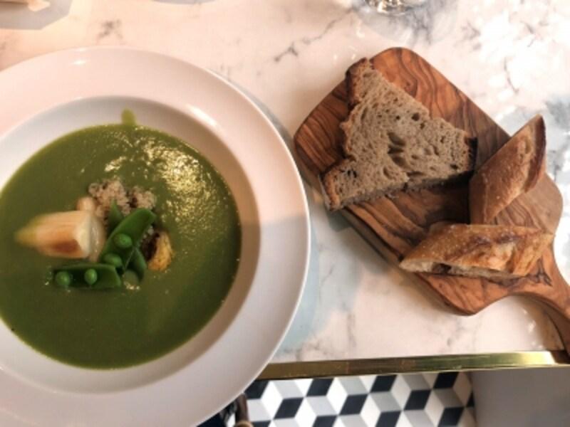 季節の野菜スープとパン