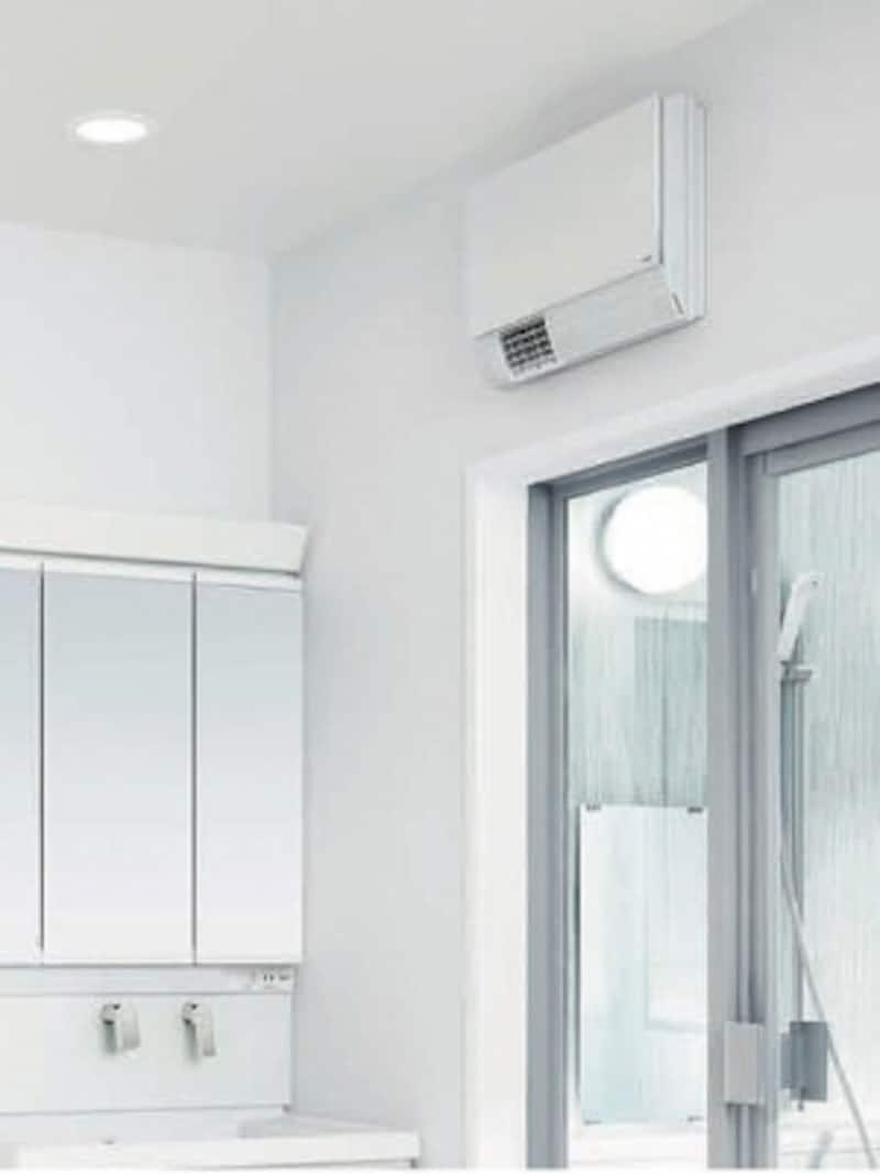 脱衣室を兼ねる洗面室には、暖房機器も設けておきたい。スペースに限りがある場合は、壁面に設置しても。[洗面所暖房機undefinedTYR300シリーズ]undefinedTOTOundefinedhttps://jp.toto.com/
