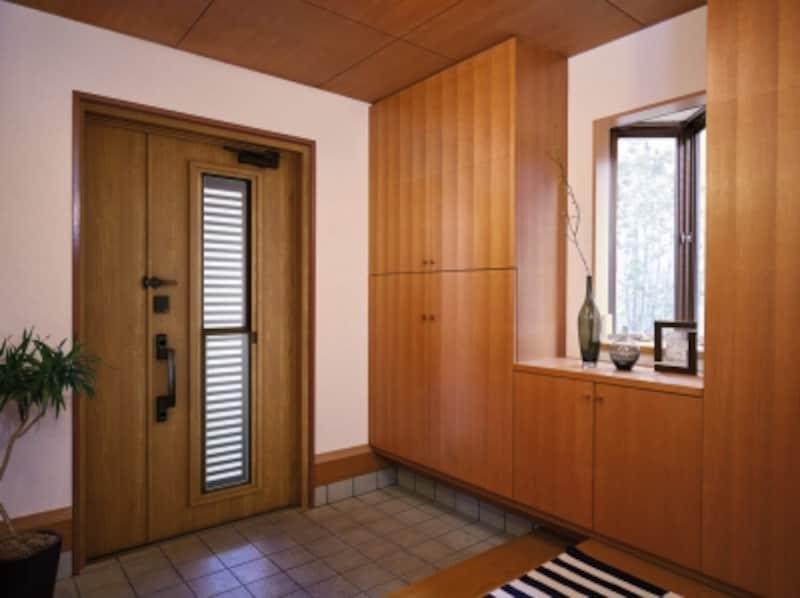 玄関ホールや廊下なども寒さが気になるケースも。玄関扉や窓などの性能にも配慮したい。リフォームで簡単に性能の高い扉に交換が可能な商品も。[かんたんドアリモ玄関ドア断熱タイプ施工例After内観S16VYF]undefinedYKKAPhttp://www.ykkap.co.jp/