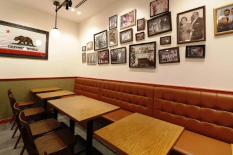 WISESONSのファミリーや従業員の写真が飾られたアットホームなカフェスペース