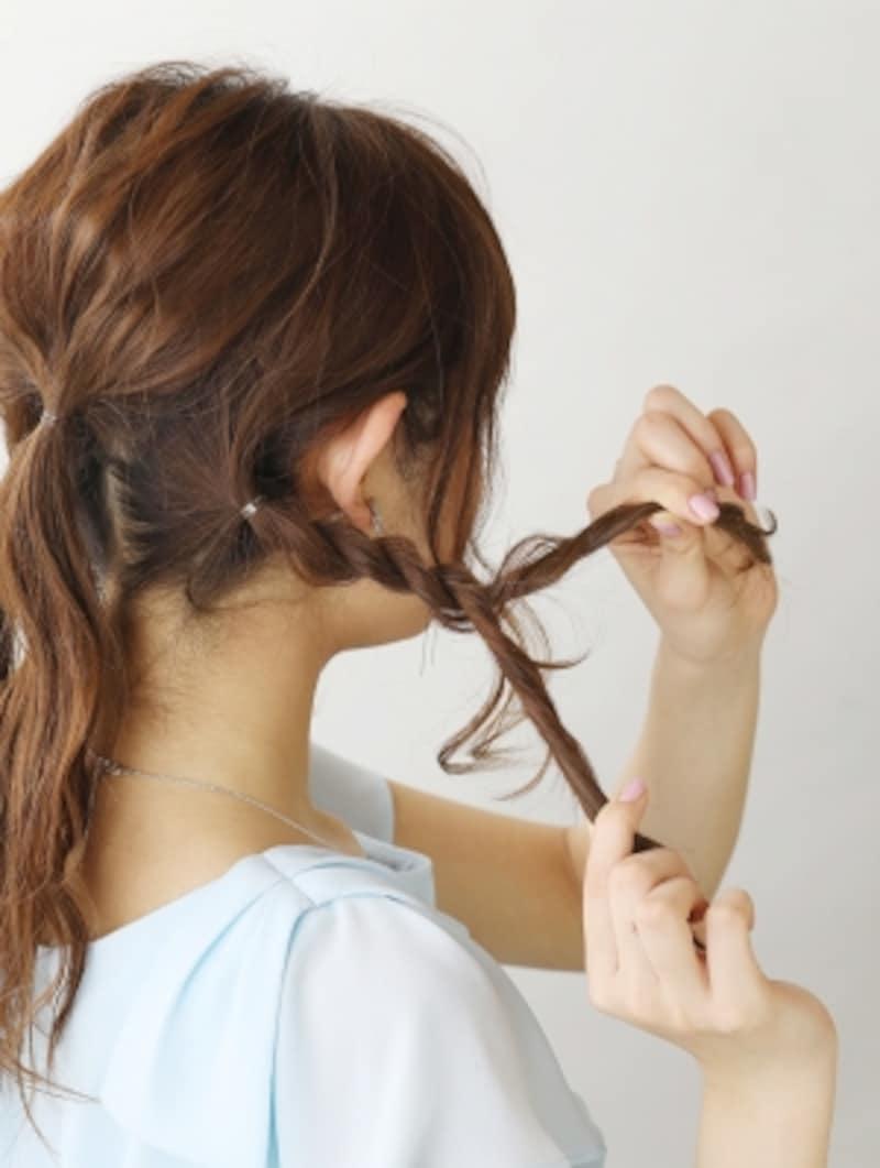 サイドの髪をロープ編みをする表面の髪を崩す【3連お団子ヘアロング】