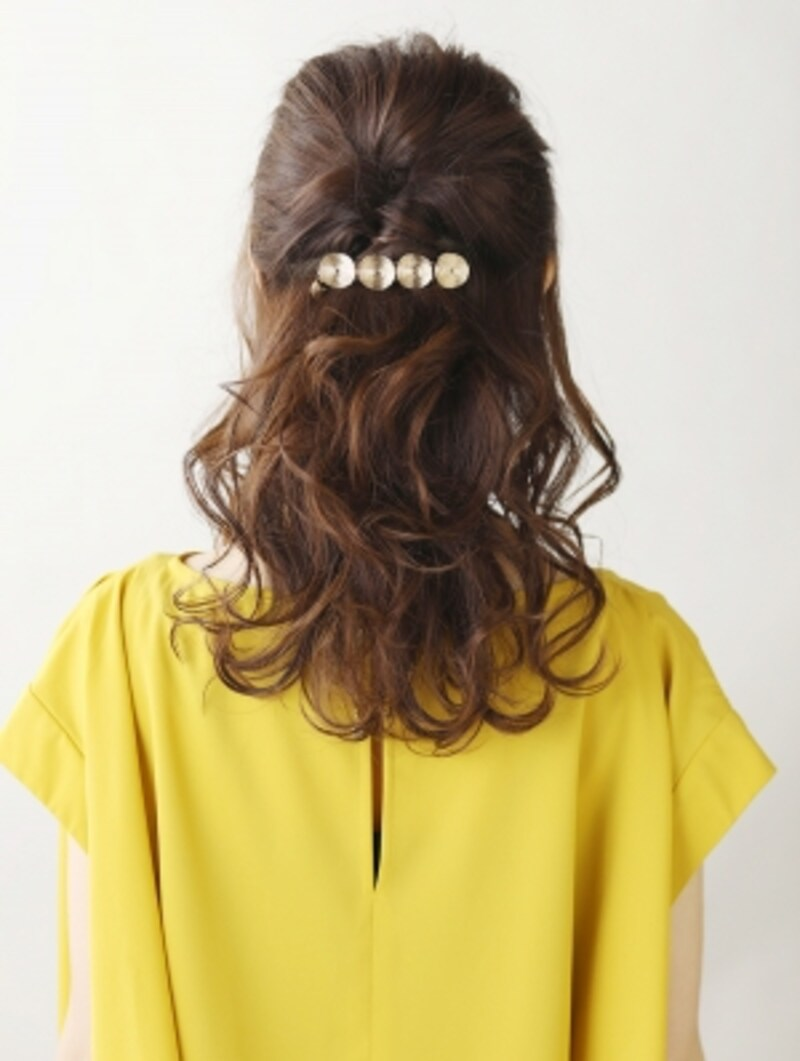 好感度抜群!ミディアムヘアのきれいめハーフアップ