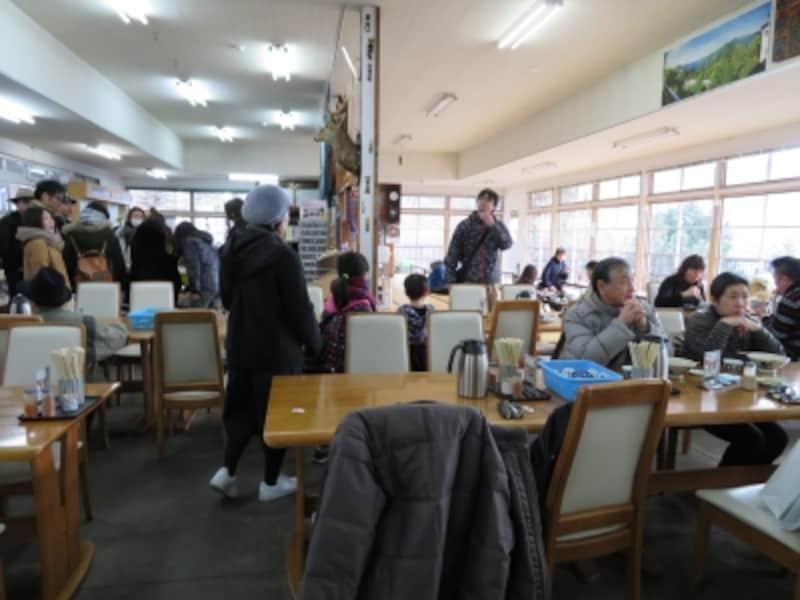 土産コーナーを併設する大島屋の店内