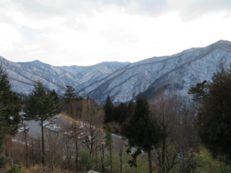 大島屋の奥のテラスから眺める冬の秩父の山並み