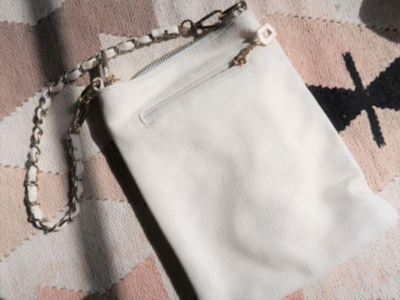 合皮の白バッグは使い始めるとあっという間に安っぽさが増すのでNG