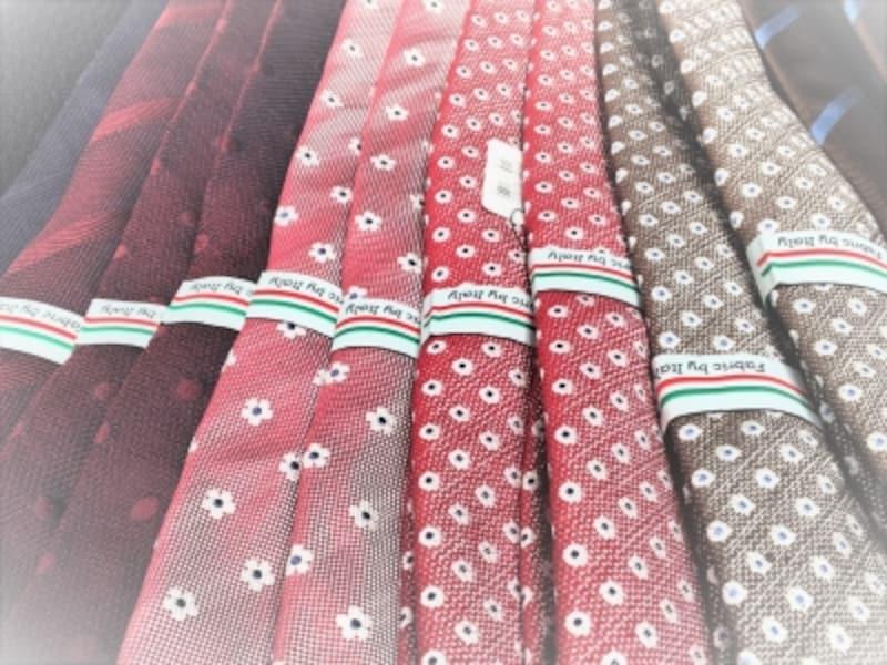 色とりどりのカラフルなネクタイが増える春先。この時期だからこそカラフルなネクタイを手に入れやすい。