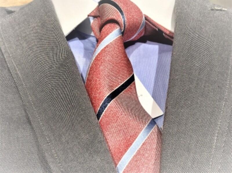 ネクタイの色によって似合うスーツは変わります。カラフルで明るいネクタイには黒よりネイビー・グレー系が合わせやすい。