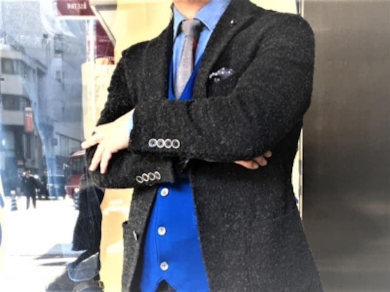 ジャケットとシャツの間に1枚加えたニットセーター。画像はジレタイプのニット。フランネルジャケットと呼ばれる毛羽立ちあるジャケット・スーツに合わせられます。