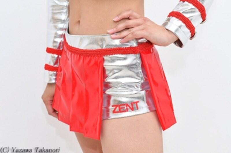スカートの下はシルバーのショートパンツ