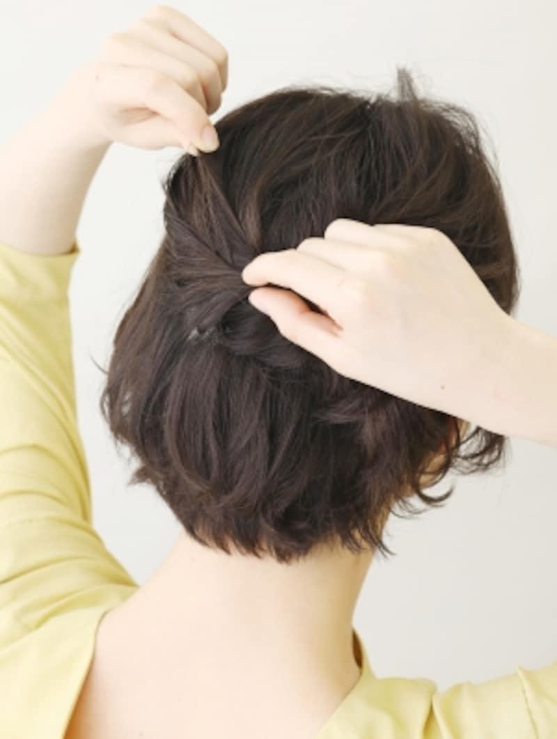 ピンを押さえながら髪を引き出す【耳かけショートアレンジ】