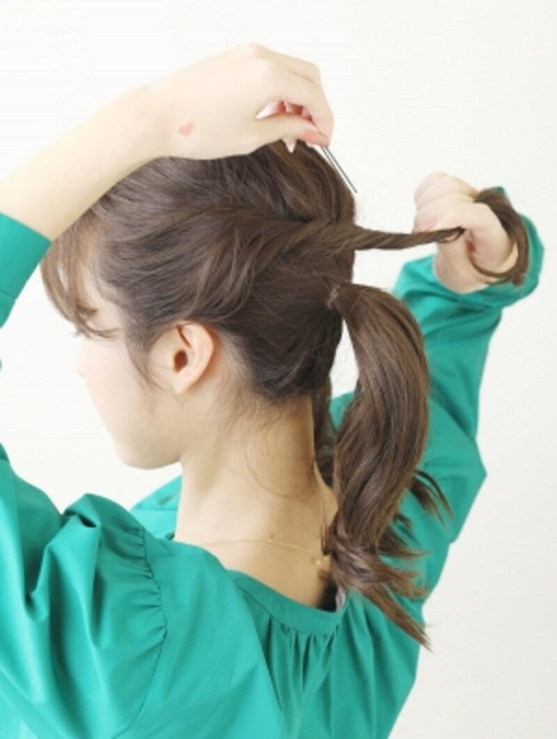 耳前の髪をねじって後ろでとめる【ミディアムで簡単お団子ヘア】