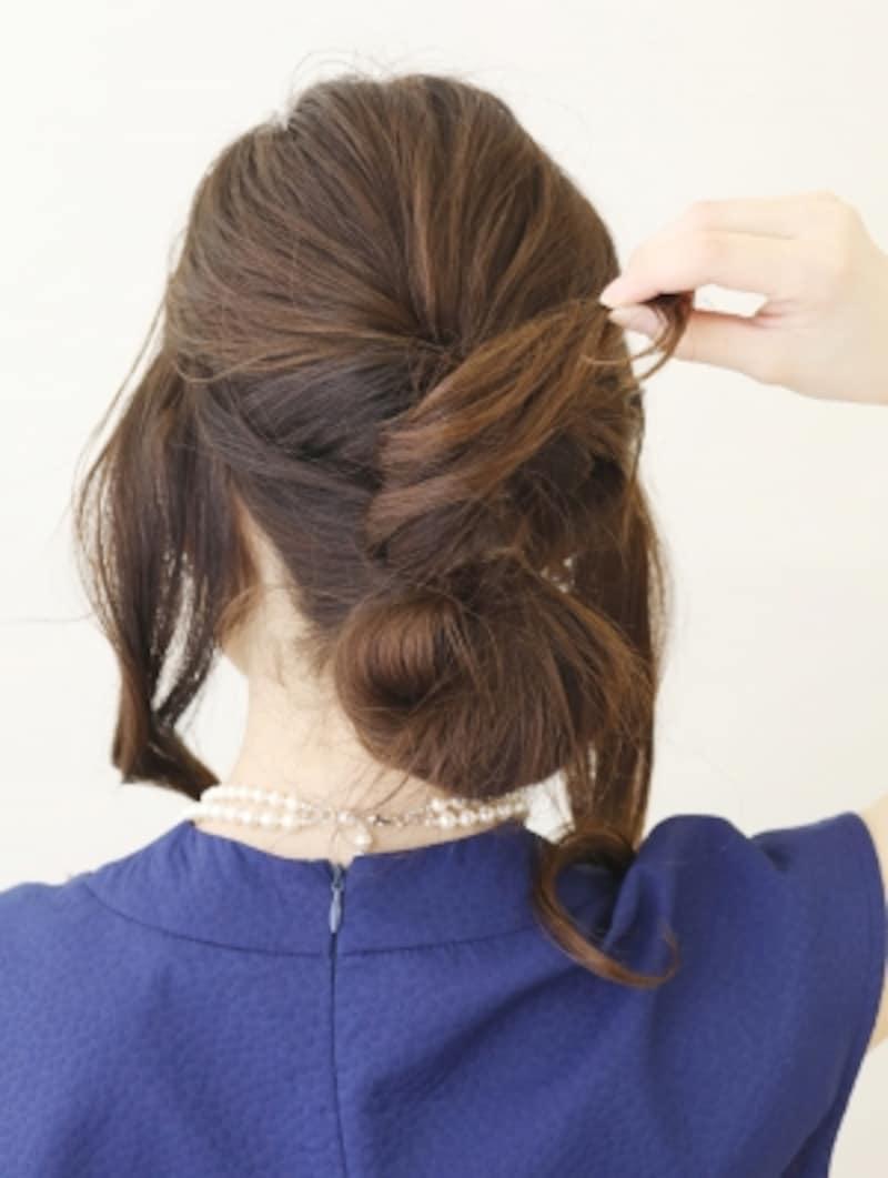 ゴムに毛先を巻きつけてピンで留める【髪が多くてもOKの簡単シニヨン】