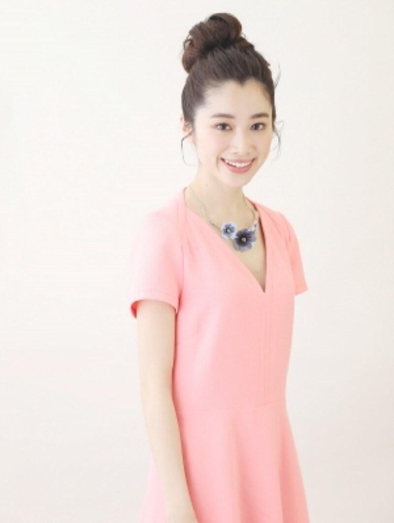 鮮やかなピンクのワンピース