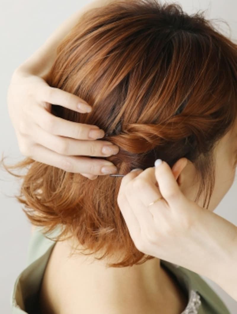 耳の後ろで毛先をピンで留める【アシンメトリーショートヘアアレンジ】