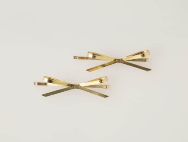 リボン型のゴールドピン