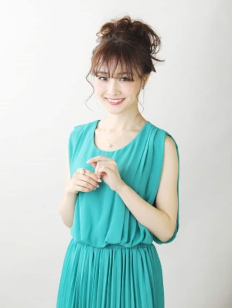 グリーンのカラードレスで甘辛ミックスに!