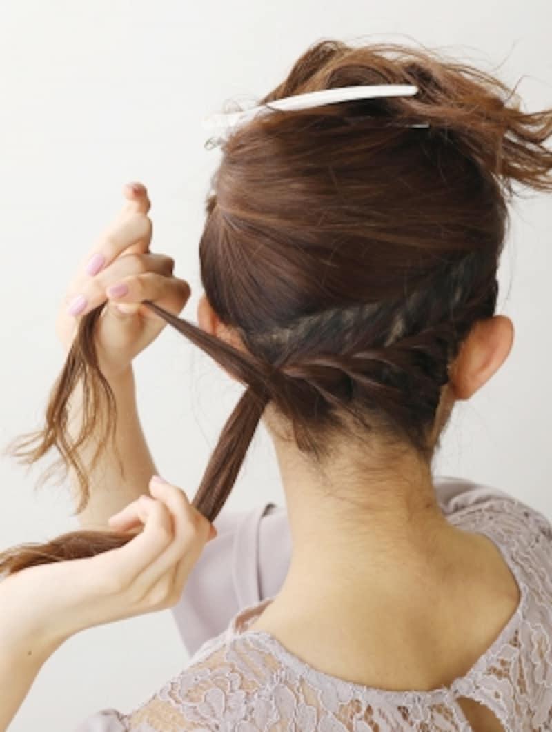 髪を上下に分け、下半分をねじり編みにする【低めのお団子】