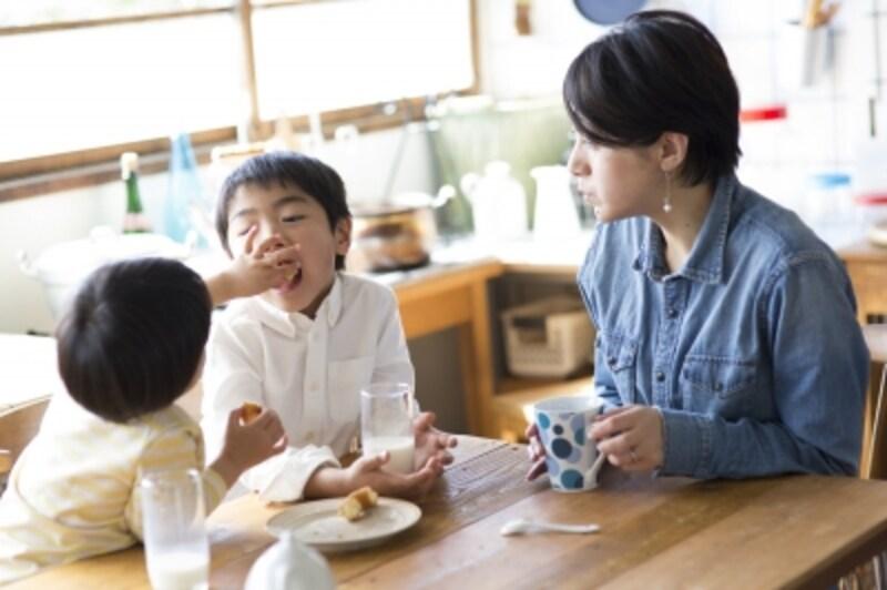 おやつを食べる親子