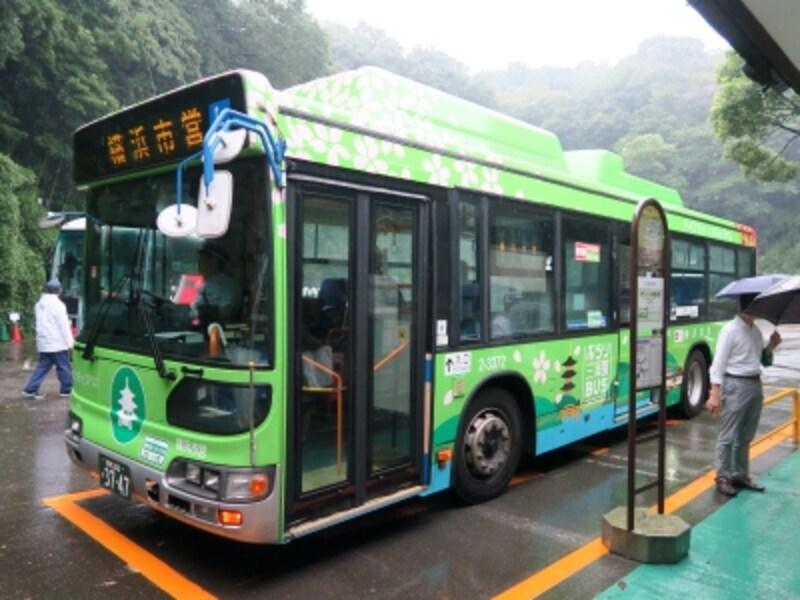 三溪園正面入口横にバス停がある《ぶらり三溪園BUS》。土日祝のみ、1日6便運行(2016年9月24日撮影)
