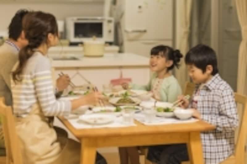 食卓を囲んで家族団らん