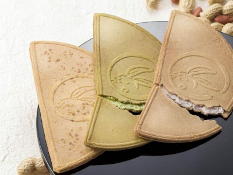 右から小倉味・抹茶味の鎌倉半月、鎌倉ぴーナッツ半月