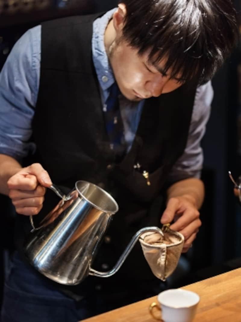 コーヒーをドリップする大山さん