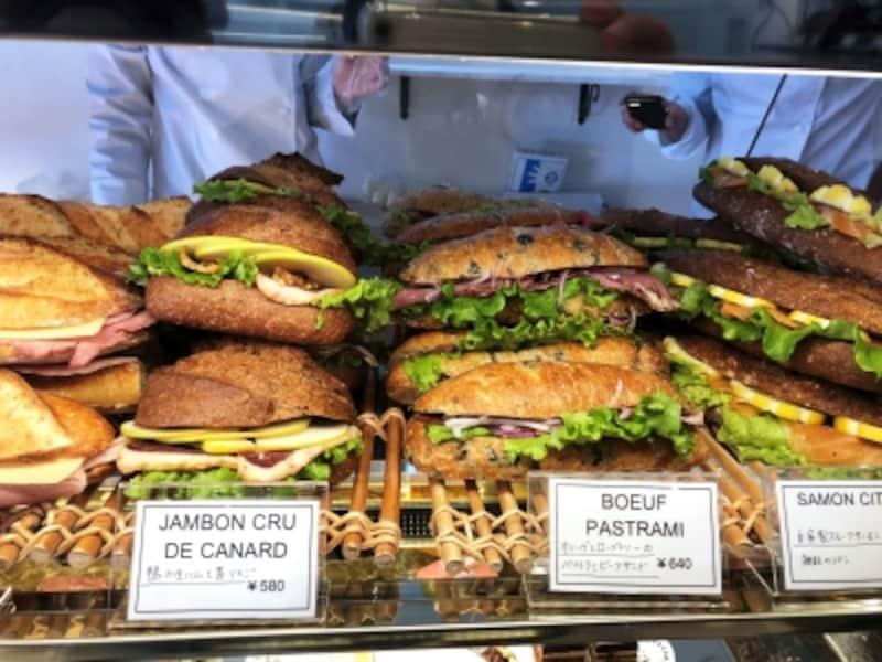 自家製のハムやソーセージを使ったサンドイッチ