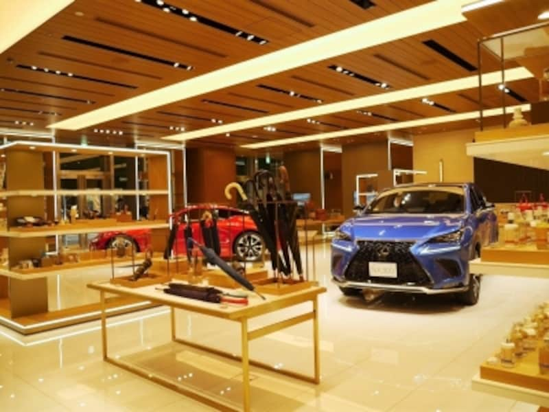 レクサスの展示と雑貨の販売コーナー・STEERANDRING