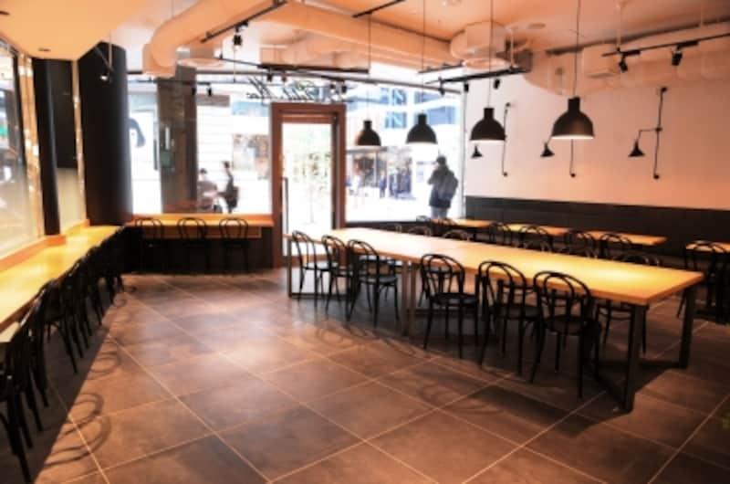42席のカフェスペースは待ち合わせにも◎