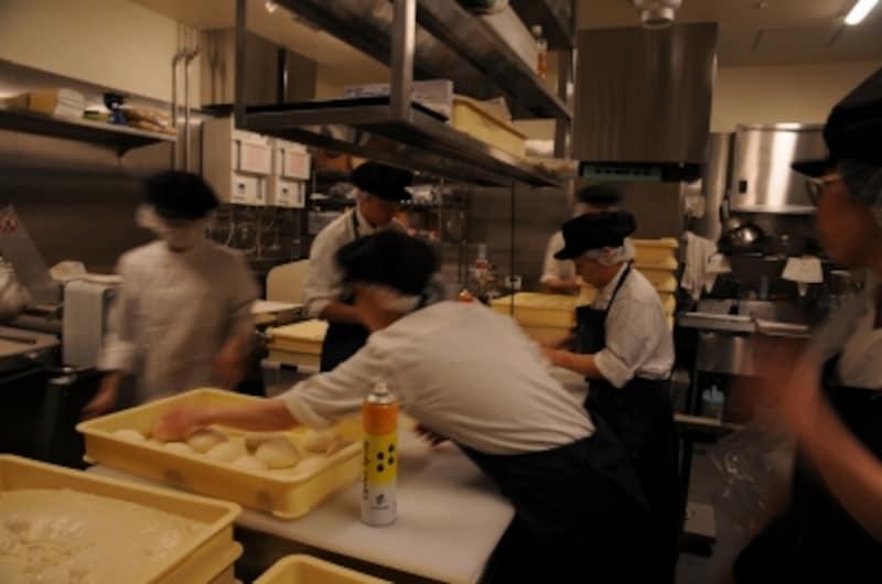 ル・プチメックの選抜メンバーが厨房に