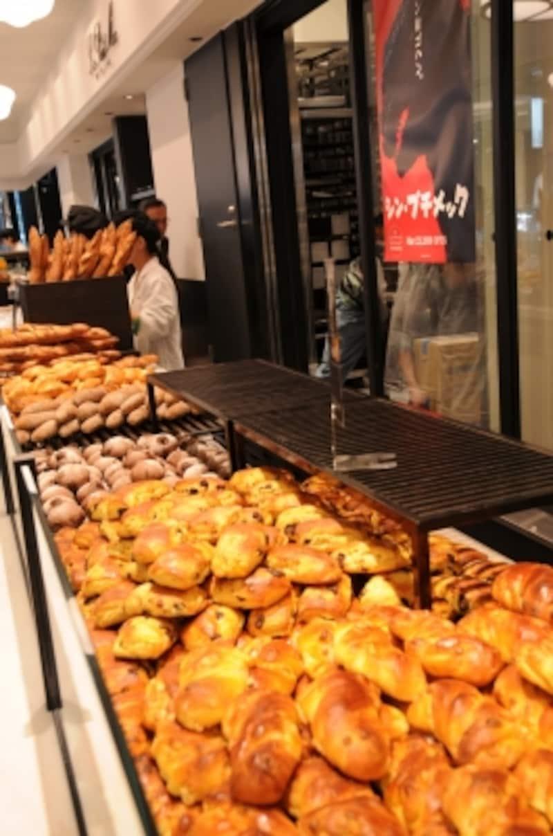パンは40~50種類程度、チャバタやクルミパン、バゲットリュスティックのサンドイッチも。