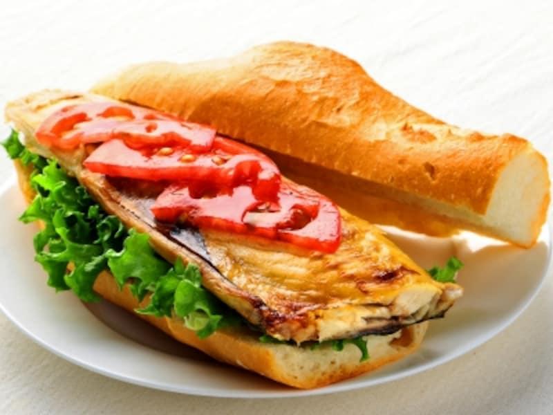 コンビニでも売っている焼きサバフィレはサバサンドにすれば朝食やランチにも。