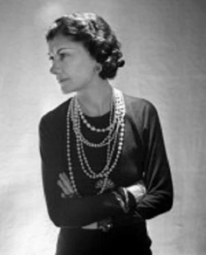 ココ・シャネルのように、ネックレスを何重にも重ね着けるのもマダムの魅力です。
