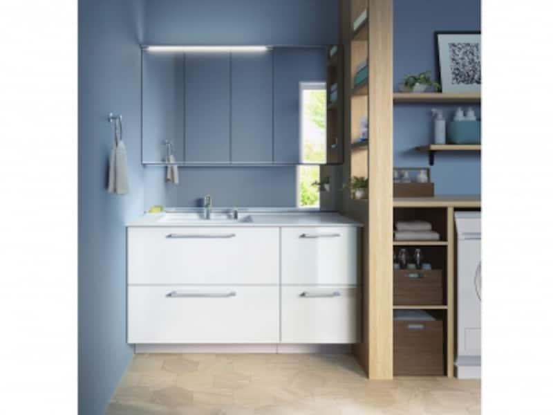 グレイッシュな床材と抑えめのブルーの壁材にホワイトのシンプルな洗面化粧台をあわせた北欧風のコーディネート。[エスクア]undefinedTOTOundefinedhttps://jp.toto.com/