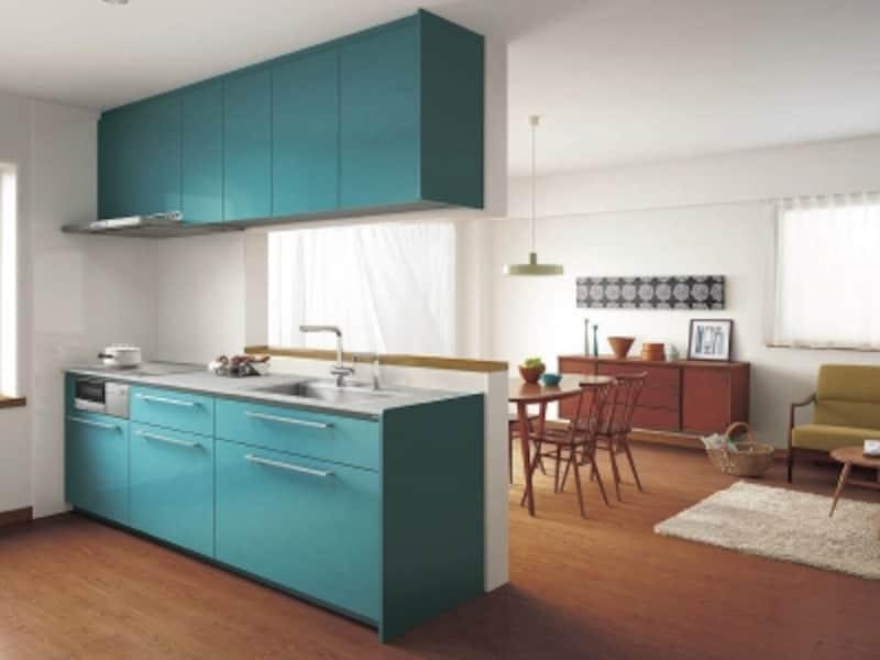 チェリー色の木目を基調としたインテリア。北欧の家具との相性のいい深みのあるターコイズ色の扉を選んで。[ザ・クラッソ]undefinedTOTOundefinedhttps://jp.toto.com/