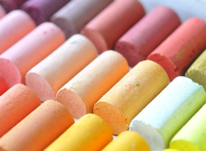 パステルカラーの「パステル」とは、粉末の顔料を粘着剤で棒状に固めた画材のこと。ワックスやオイルの成分を含まず、白粘土が混入されているため、テカりのないやさしい色を表現できます