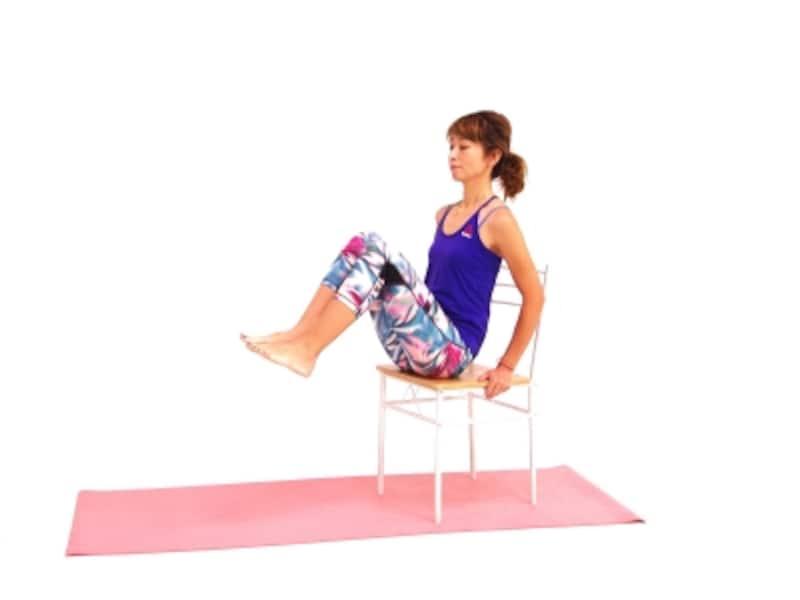 チェアーバイクエクサ1undefined椅子に浅めに腰掛け、ドローイングしながら背骨を伸ばす。両膝を胸の方に引き寄せる。