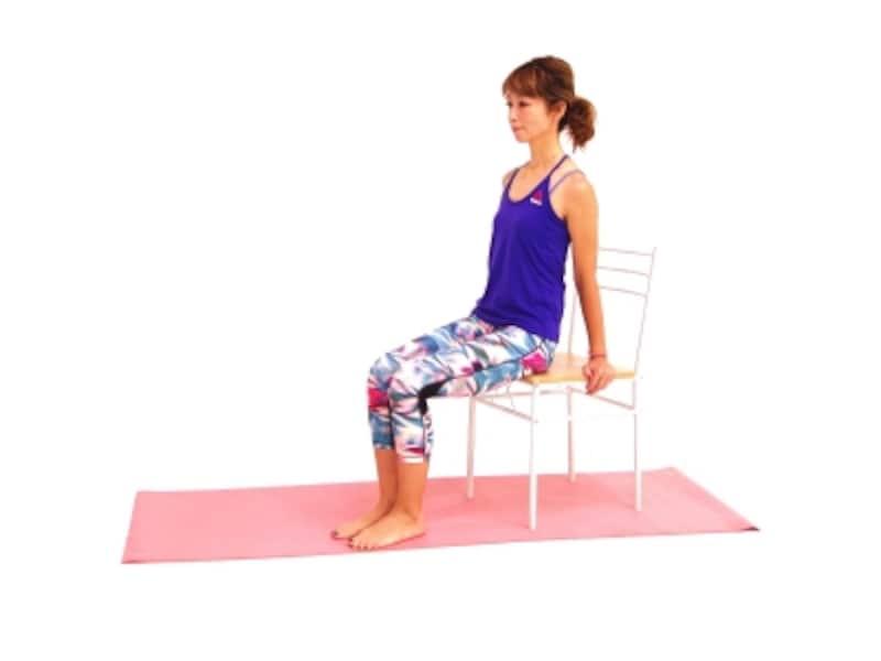 チェアーVシットエクサ1undefined椅子に浅く腰掛け両膝を胸に近づける